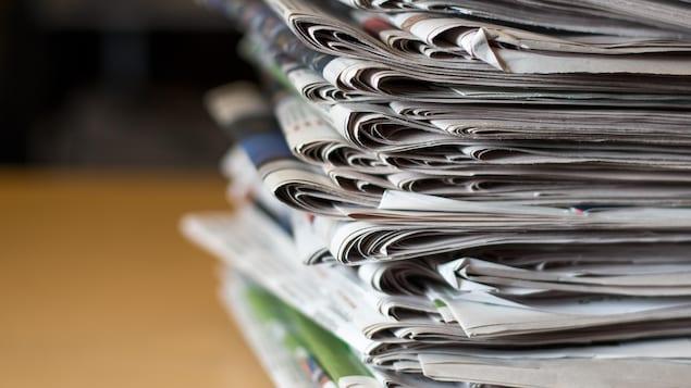 Des dizaines de journaux empilés les uns sur les autres