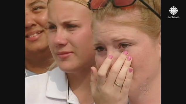 Jeunes filles écoutant le discours du pape, dont une essuyant ses larmes