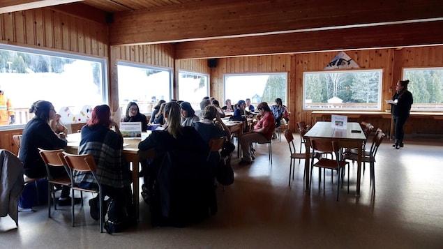 Des gens réunis autour d'une table
