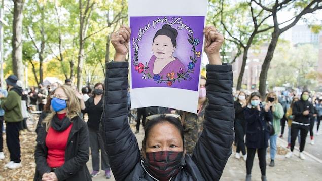 Une femme prend part à une manifestation pour réclamer que justice soit faite pour Joyce Echaquan.