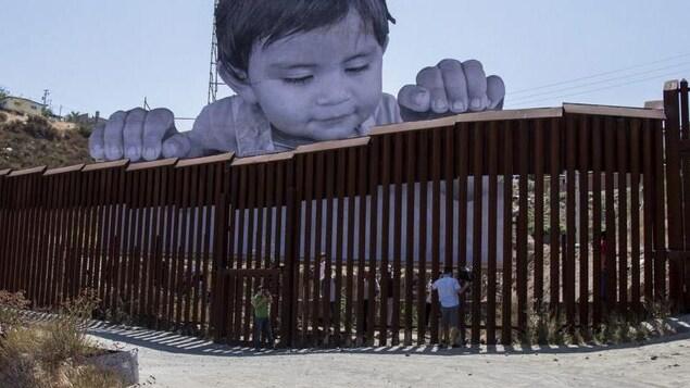 En 2017, l'artiste français JR a installé le portrait géant d'un enfant regardant par-dessus la frontière.