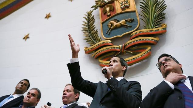 Juan Guadio parle au micro devant les parlementaires.