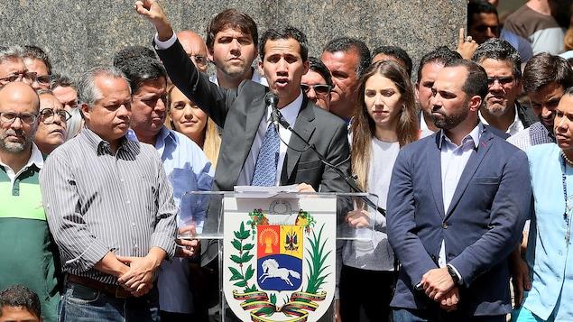 Juan Guaido lève la main.