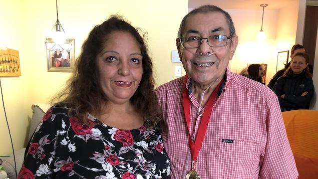 Juan et sa nièce debout ensemble.