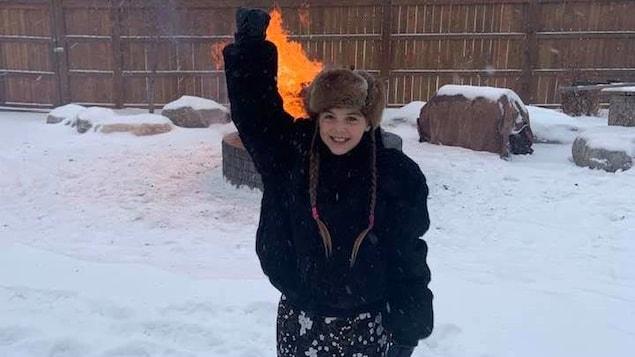 Isabella Kulak dans la neige, le poing levé.