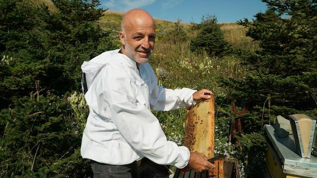 Jules Arseneau, apiculteur aux Îles-de-la-Madeleine