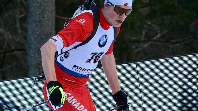 Le biathlète Jules Burnotte en action.