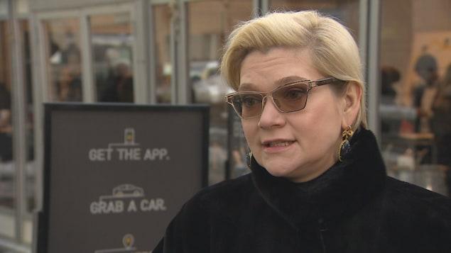 Photo de Julia Steyn portant un manteau noir à l'extérieur.