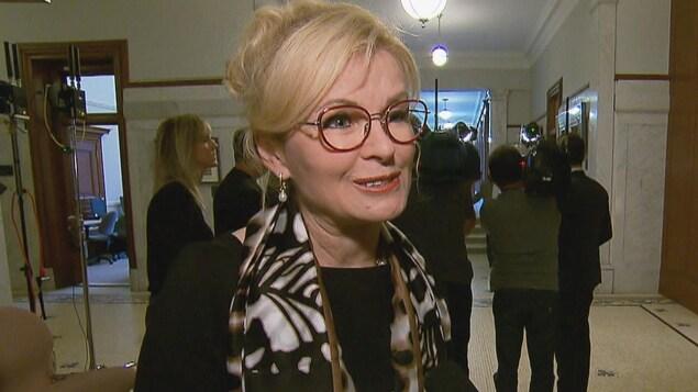 Julie Boulet dans un corridor