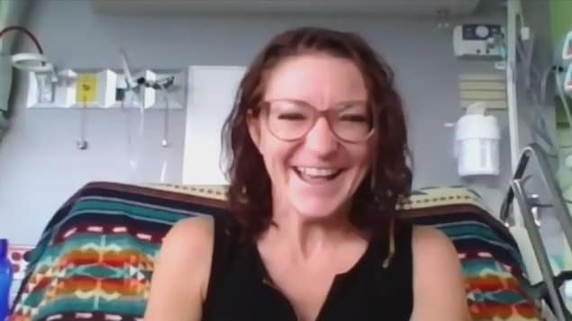Capture d'écran de la conversation vidéo avec la Jeannoise de 33 ans assise sur son lit d'hôpital.