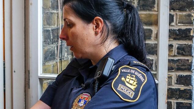 Julie Marcotte, coordonnatrice du volet santé mentale au SPVQ, parle à un client à travers une fenêtre