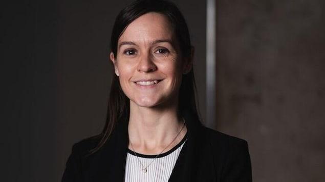 Julie Philippe, juge innue, sourit à la caméra.