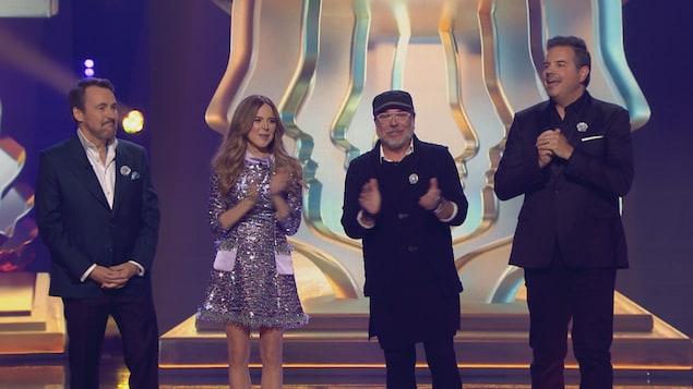 Les quatre personnes sont sur scène.