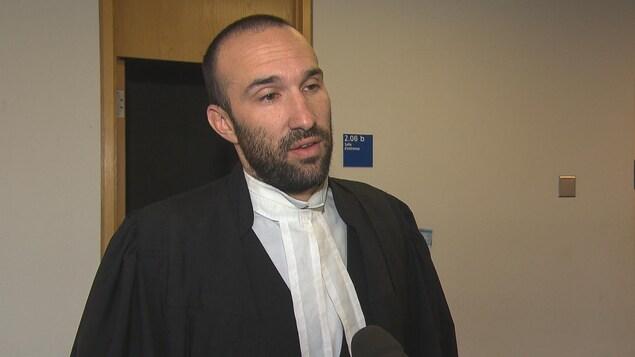 Me Julien Boulianne en entrevue au palais de justice.