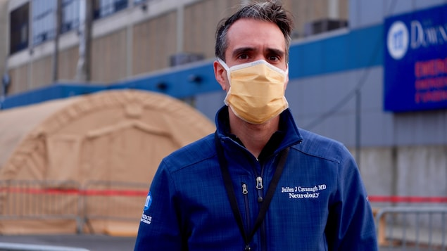 Le docteur Julien Cavanagh, devant un hôpital de Brooklyn.