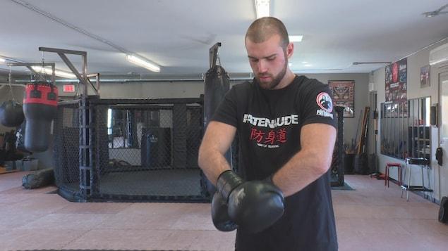 Julien Leblanc met ses gants de combat.
