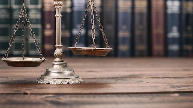 Une balance sur une table en bois, devant des livres