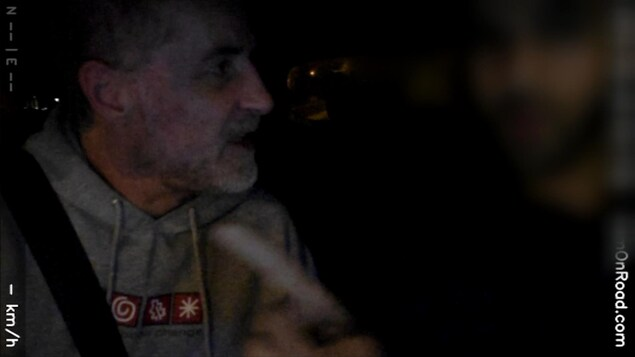 Pierre Rodrigue crie après un chauffeur de taxi.
