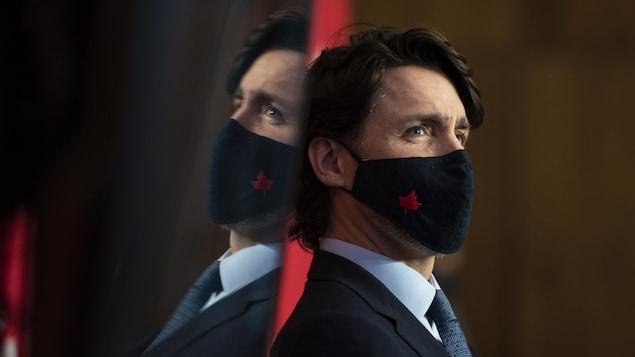 Justin Trudeau portant un masque avec une feuille d'érable.