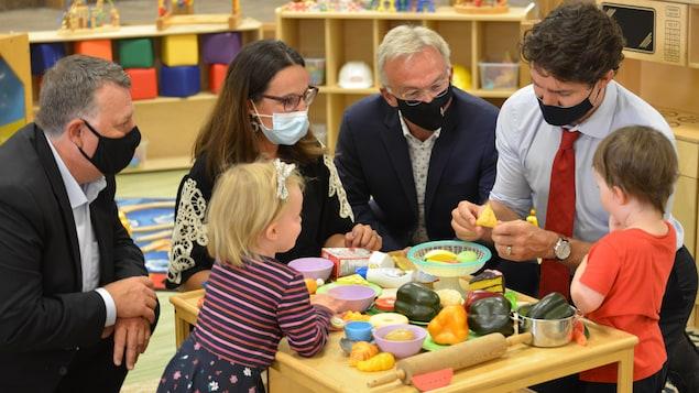 Le premier ministre du Canada, Justin Trudeau, de passage au Carrefour de l'Isle-Saint-Jean, le 27 juillet 2021.