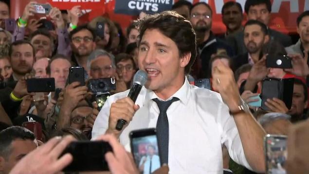 Justin Trudeau s'adressant à une foule de partisans à Calgary.