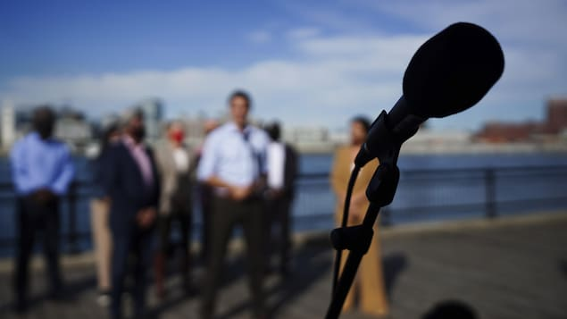 Un micro pendant un point de presse.