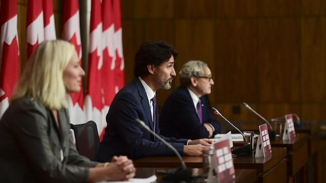 Justin Trudeau, en conférence de presse, avec Catherine McKenna et Michael Sabia.