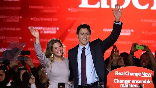 Justin Trudeau et son épouse, Sophie Grégoire, célèbrent la victoire du Parti libéral du Canada lors de l'élection générale du 20 octobre 2015.