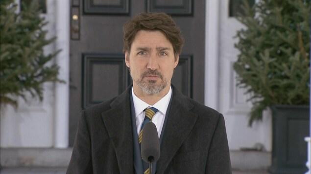 Justin Trudeau au lutrin, devant la résidence Rideau Cottage.
