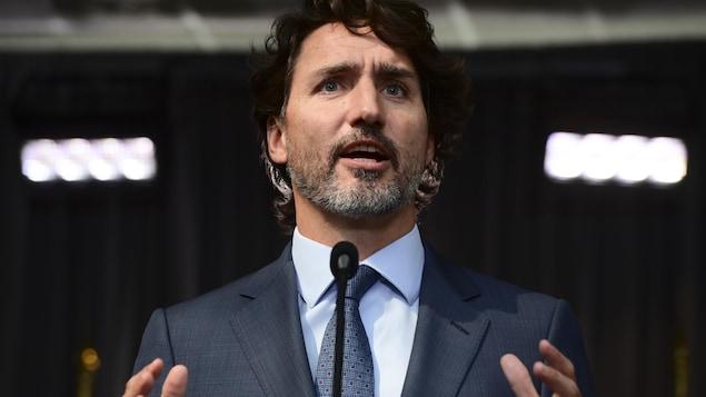 Justin Trudeau s'adresse aux journalistes.
