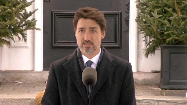 Justin Trudeau lors d'un point de presse devant sa résidence officielle.