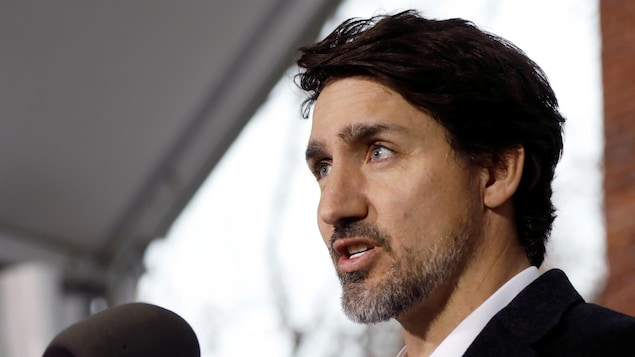Gros plan du premier ministre du Canada Justin Trudeau qui donne un point de presse.