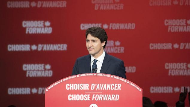 Justin Trudeau prononce un discours.
