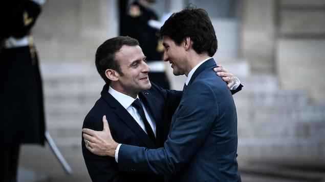 Emmanuel Macron et Justin Trudeau s'enlacent devant l'Élysée.