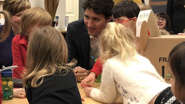 Justin Trudeau qui discute avec des enfants dans une garderie de Quispamsis.