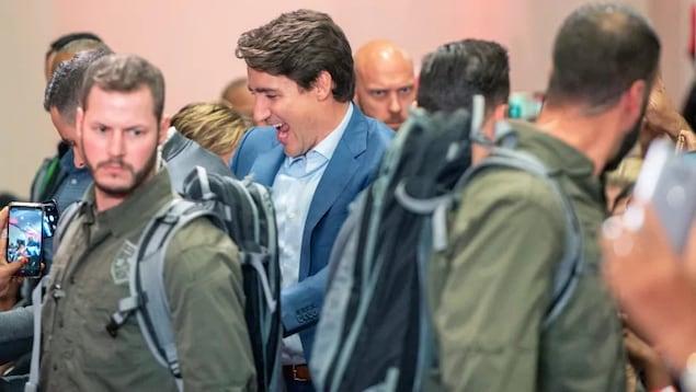 Justin Trudeau entouré de policiers.