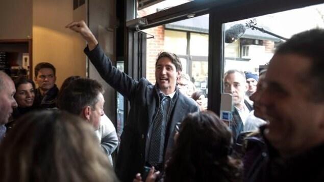 Le premier ministre Justin Trudeau prend un bain de foule dans un café d'Halifax, lundi.