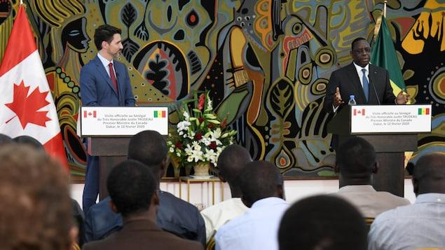Deux hommes politiques s'adressent aux médias.