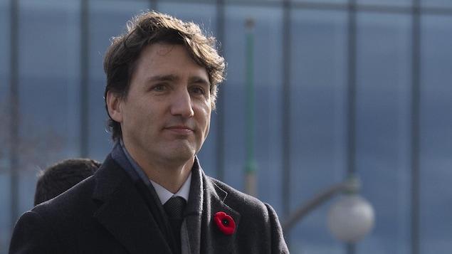 Justin Trudeau marche à l'extérieur.