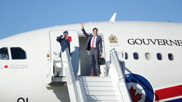 档案照片:加拿大总理贾斯汀·特鲁多 (Justin Trudeau)  在一次出访前,在飞机上向人们招手。