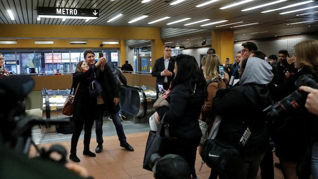 M. Trudeau et une femme se prennent en photo côte-à-côte.