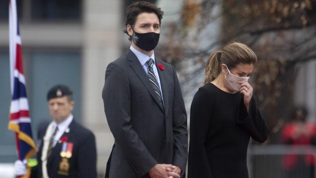 Justin Trudeau et Sophie Grégoire se recueillent alors qu'ils participent à la commémoration du Jour du souvenir.