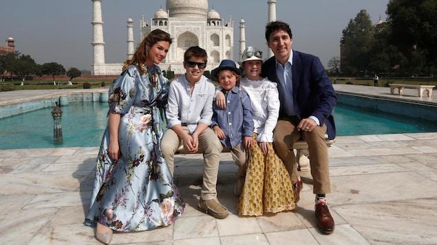 Sophie Grégoire-Trudeau et son époux, le premier ministre du Canada, Justin Trudeau, entourent leurs enfants devant le Taj Mahal, le 18 février 2018 : Xavier, Hadrian et Ella-Grace.