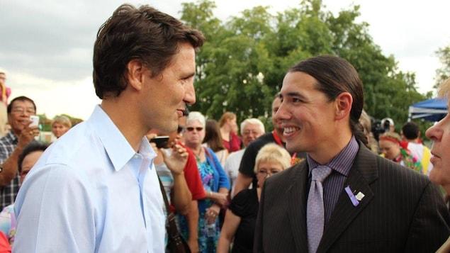 MM. Trudeau et Ouellette se font face en souriant.