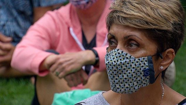 Jyoti Gondek porte un masque.
