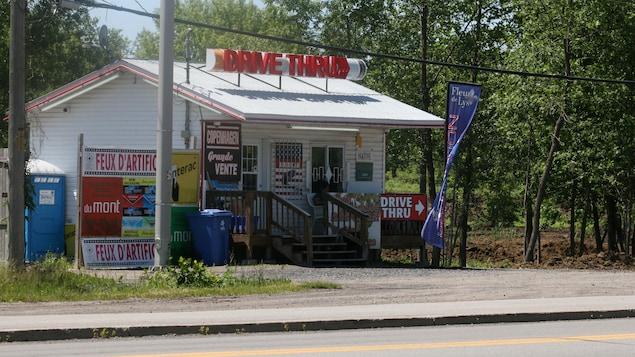 Un kiosque de vente de cigarettes à Kahnawake, sur la Rive-Sud de Montréal.