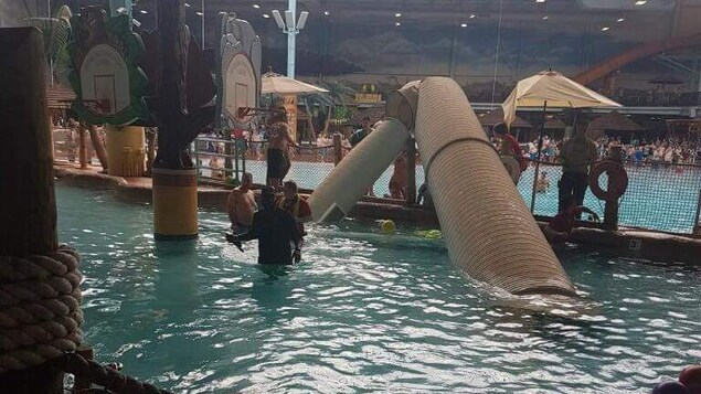 Une large portion du conduit en forme de tube gît dans la piscine.