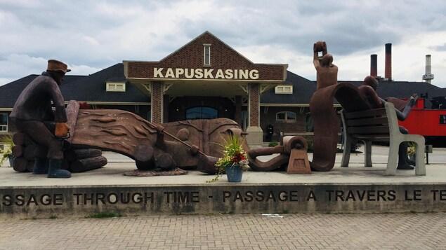 Le monument devant le Centre d'accueil de Kapuskasing.
