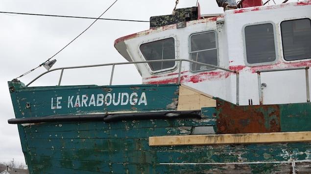 Un vieux bateau délabré