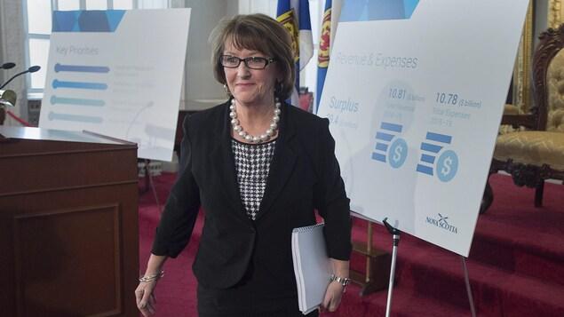 Karen Casey, ministre des Finances de la Nouvelle-Écosse, avant la lecture du budget provincial le 20 mars 2018 à Halifax.